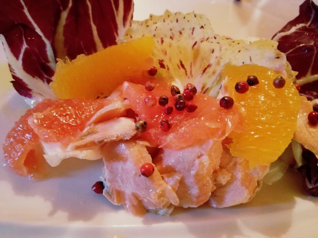 Trota salmonata cotta al vapore con agrumi pelati a vivo e olio evo aromatizzato al mandarino