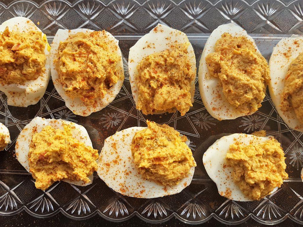 Antipasto veloce: uova ripiene con tonno e paprika