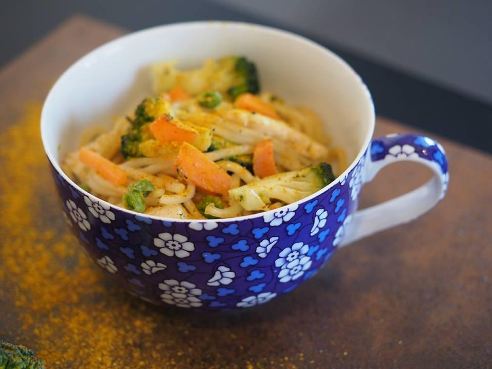 Noodles con pollo, zenzero e verdure al profumo di curry