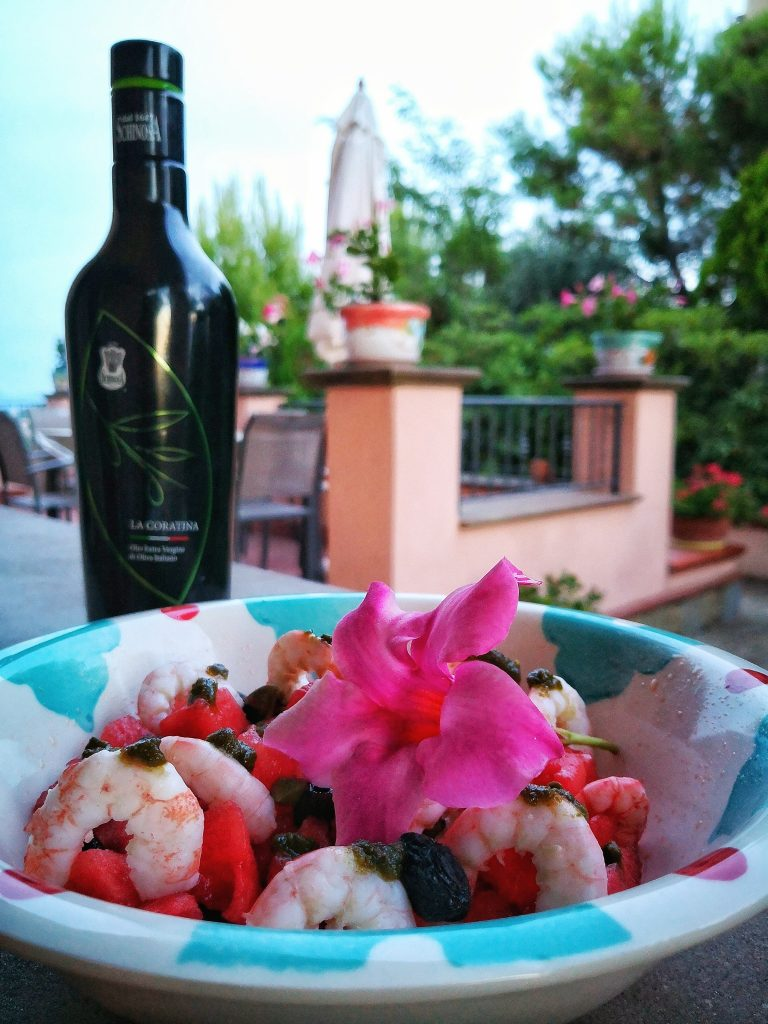 Insalata di anguria, gamberi e olive