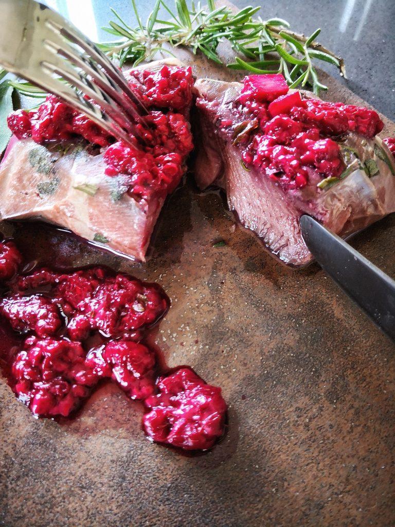 Filetto di cervo con salsa di frutti rossi e zenzero