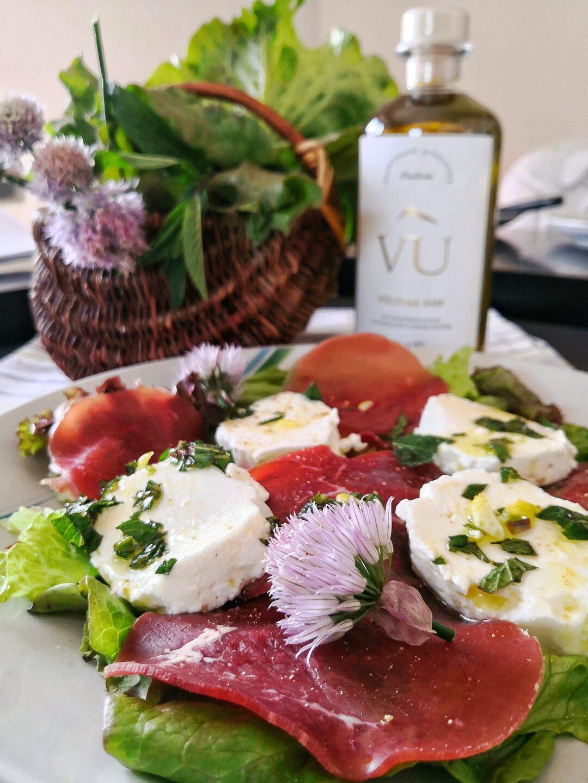 Mocetta con tomino fresco condito con una vinaigrette di Olio evo Vùlture DOP, miele e menta.